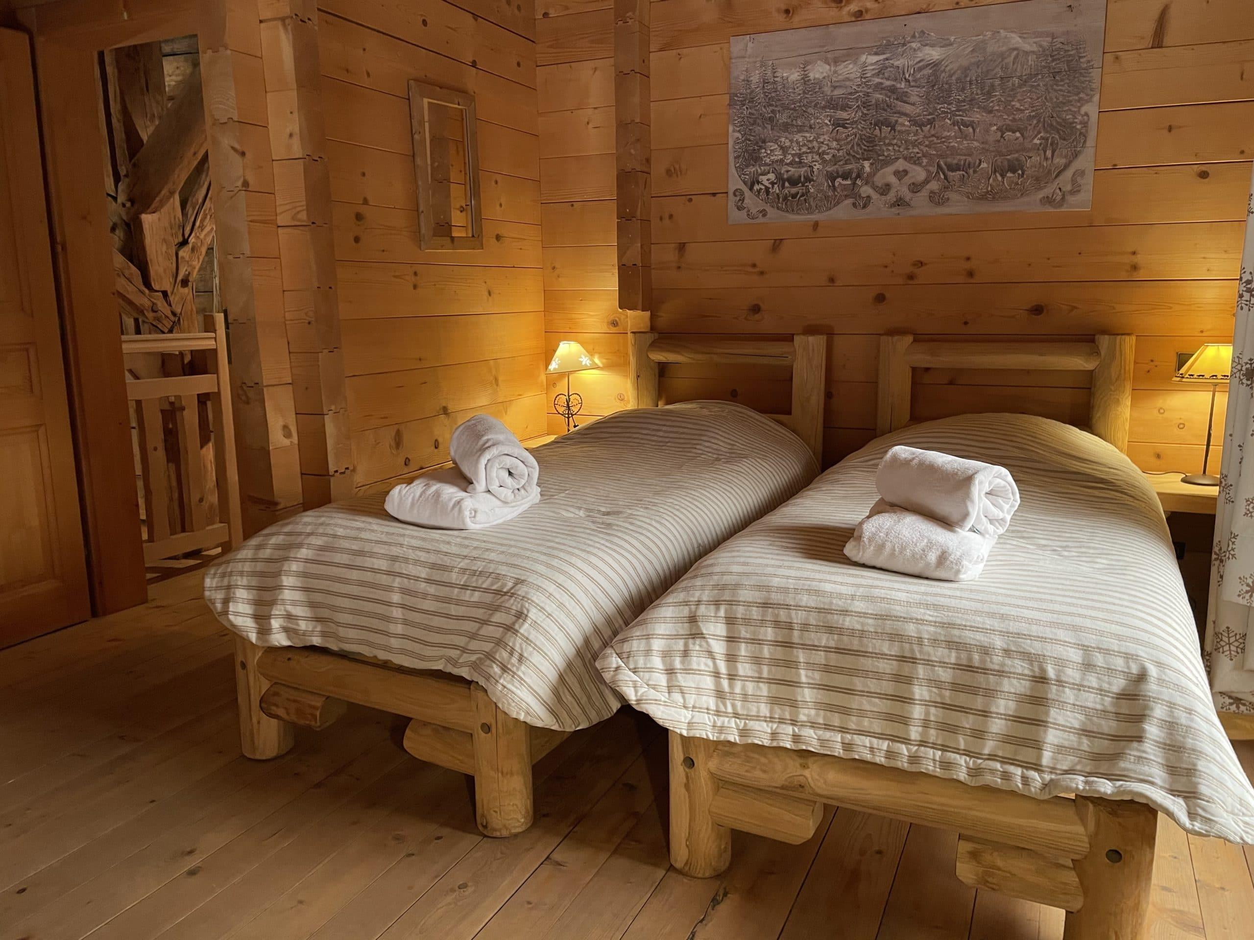 Lit confortable avec matelas épais pour des nuits apaisantes à la montagne