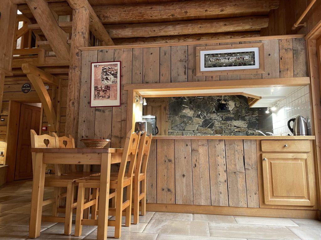 Cuisine ouverte sur le séjour pour mieux appréciez vos échanges lors de vos vacances à la montagne